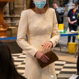 Kate Middleton, în timp ce vorbește cu personalul medical dintr-un centru de vaccinare