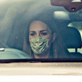 Kate Middleton, surprinsă de fotografi la volan, în timp ce purta o mască cu flori