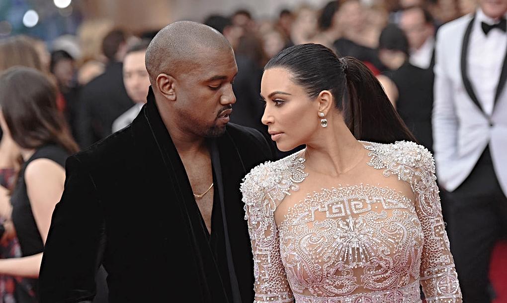 Kim Kardashian și Kanye West se uită unul la altul apropiați pe covorul roșu