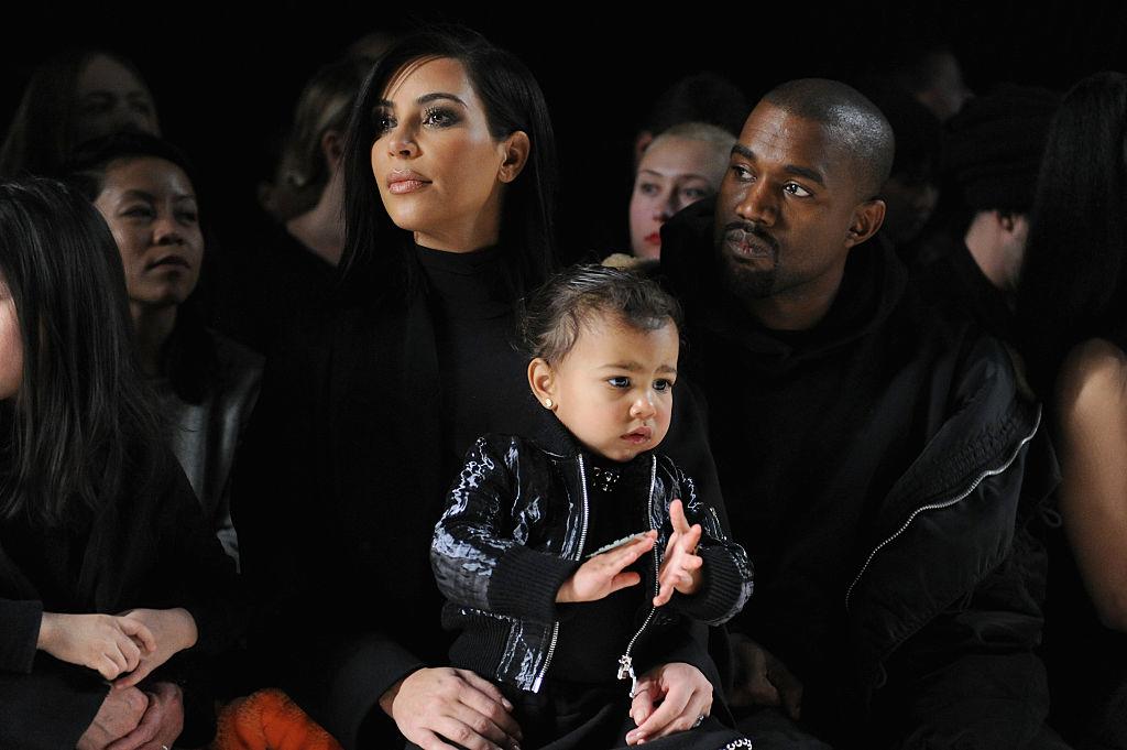 Kim Kardashian alături de Kanye West și fiica lor North West la o prezentare de modă