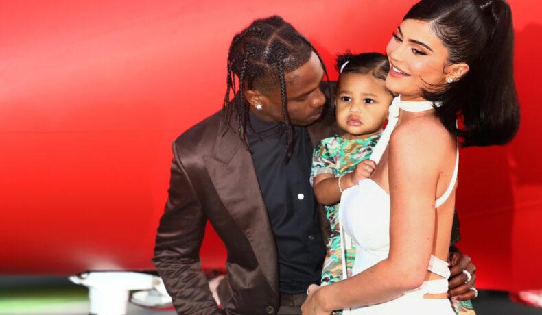 Kylie Jenner, alături de Travis Scott și fiica lor Stormi, la premiera filmului Look Mom I Can Fly
