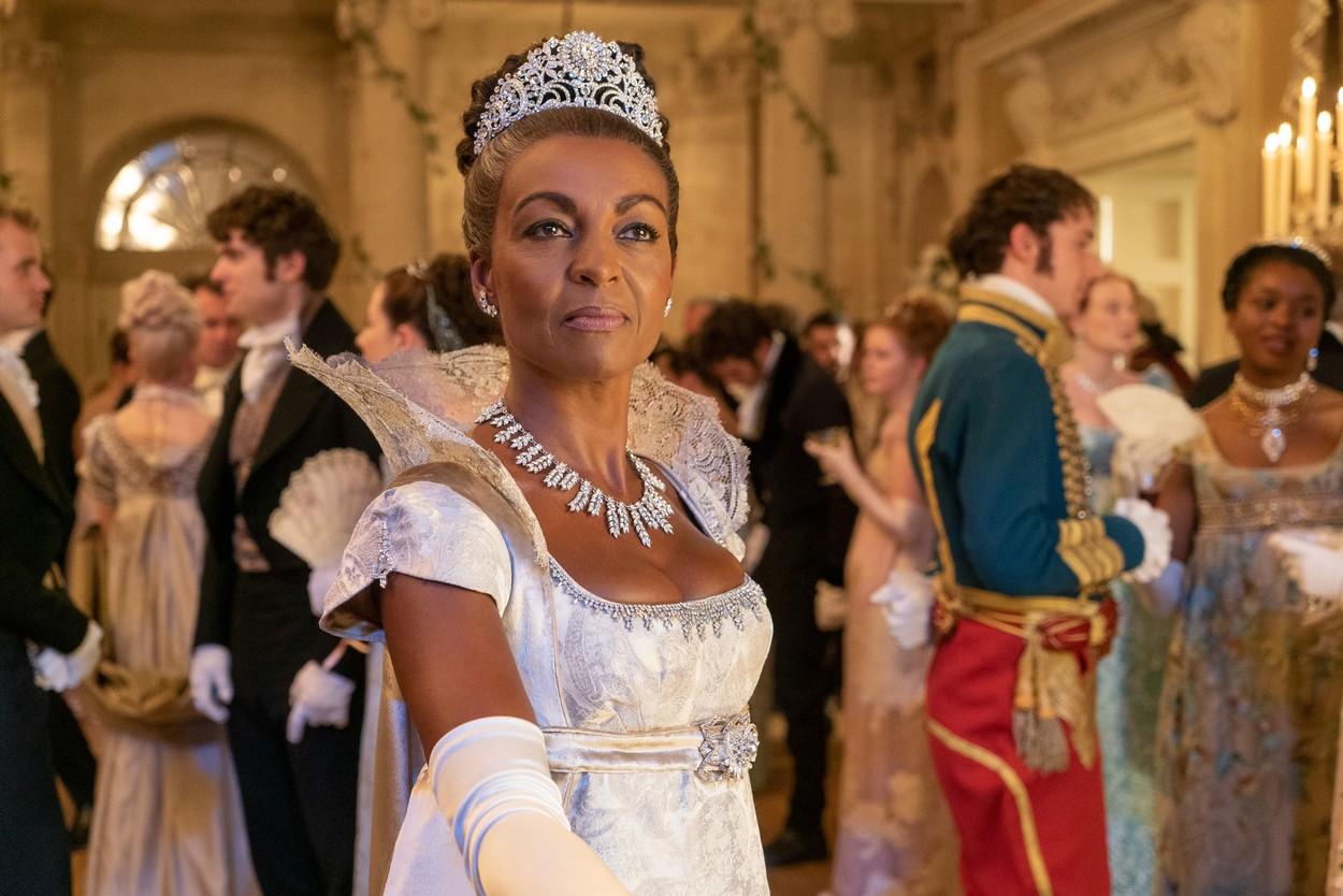 Lady Danbury îmbrăcată elegant la un bal în Bridgerton