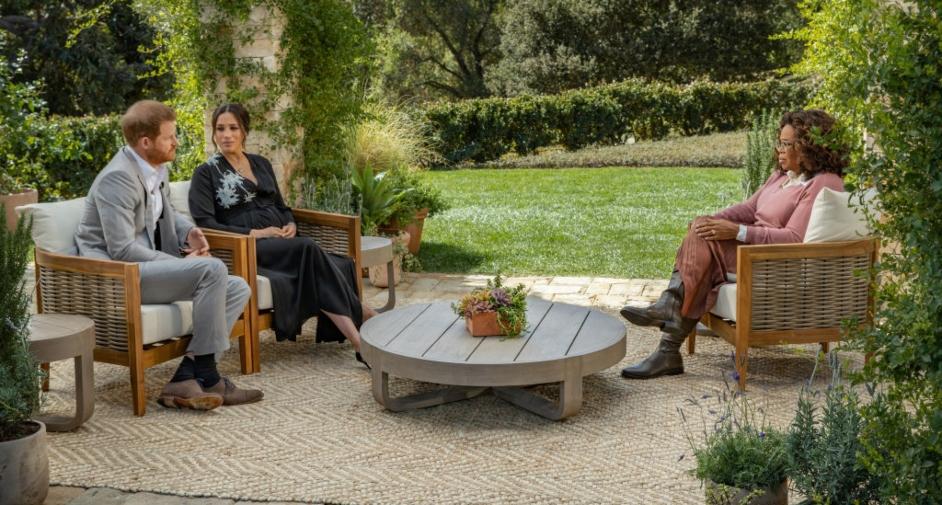 Meghan Markle și Prințul Harry stau așezați în fața Ophrei Winfrey în timpul interviului