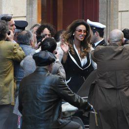 Mădălina Ghenea, fotografiată în timp ce își salută fanii pe platourile de filmare de la House of Gucci