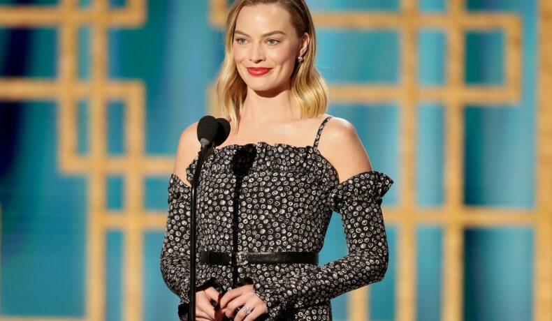 Margot Robbie, la ceremonia de decernare a premiilor Globurile de Aur 2021, în calitate de prezentator