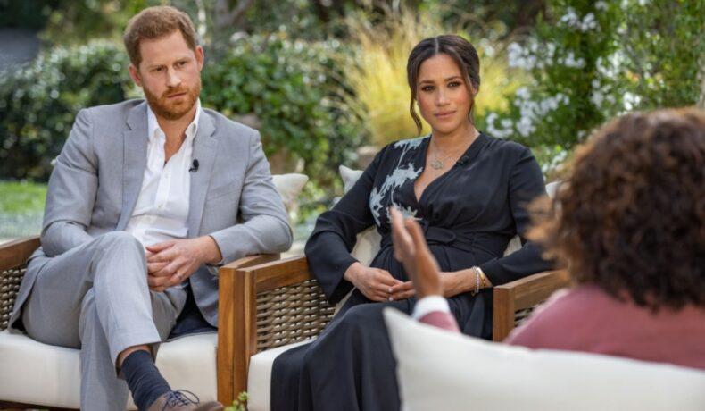 Meghan Markle îmbrăcată cu o rochie neagră alături de Prințul Harry în timpul interviului cu Oprah Winfrey