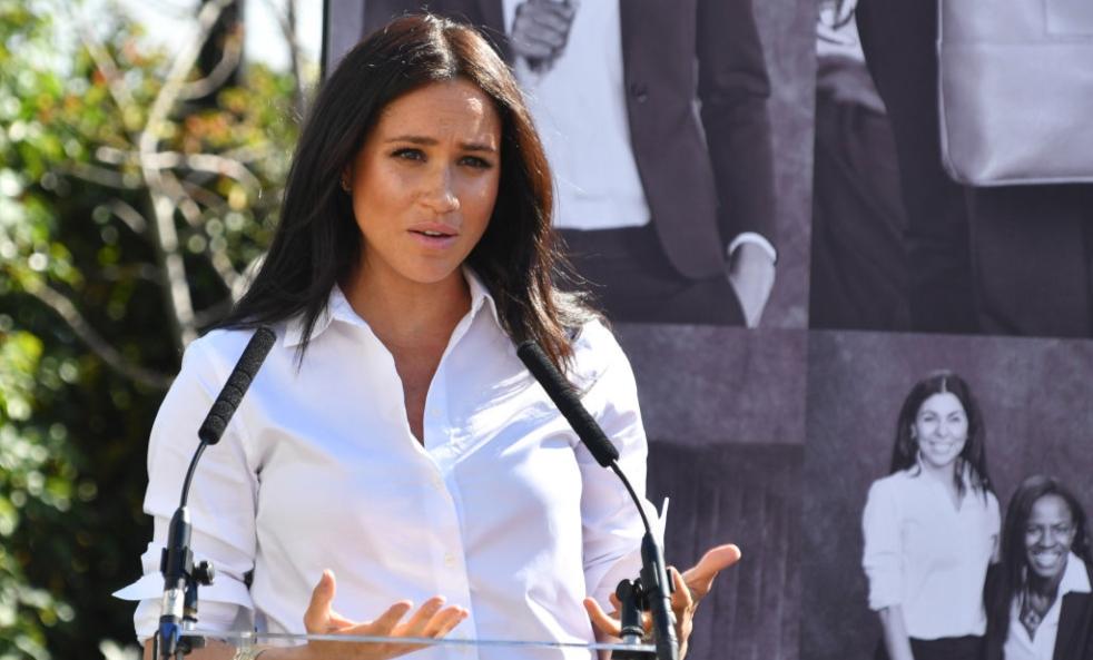 Meghan Markle susține un discurs îmbrăcată cu o cămașă albă