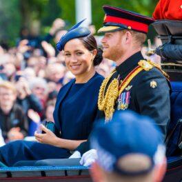 Meghan Markle și Prințul Harry îmbrăcați elegant întro caleașcă