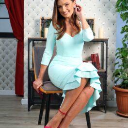 Olivia Păunescu, într-o rochie mentă, elegantă și zâmbitoare la interviul pentru CaTine.ro