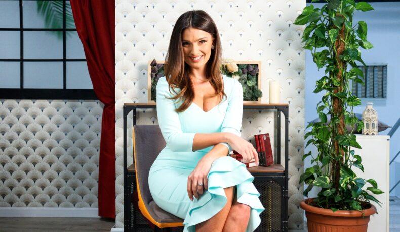 Olivia Păunescu, într-un studio, îmbrăcată elegant, la interviul pentru CaTine.ro