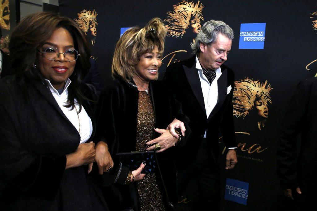 Tina Turner, însoțită de Oprah Winfrey și Erwin Bach, actual său soț.