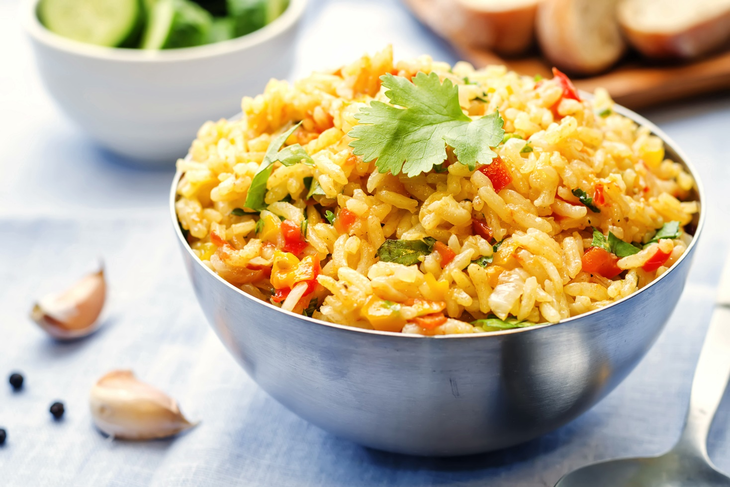 Pilaf cu legume într-un bol de inox, gata de servit