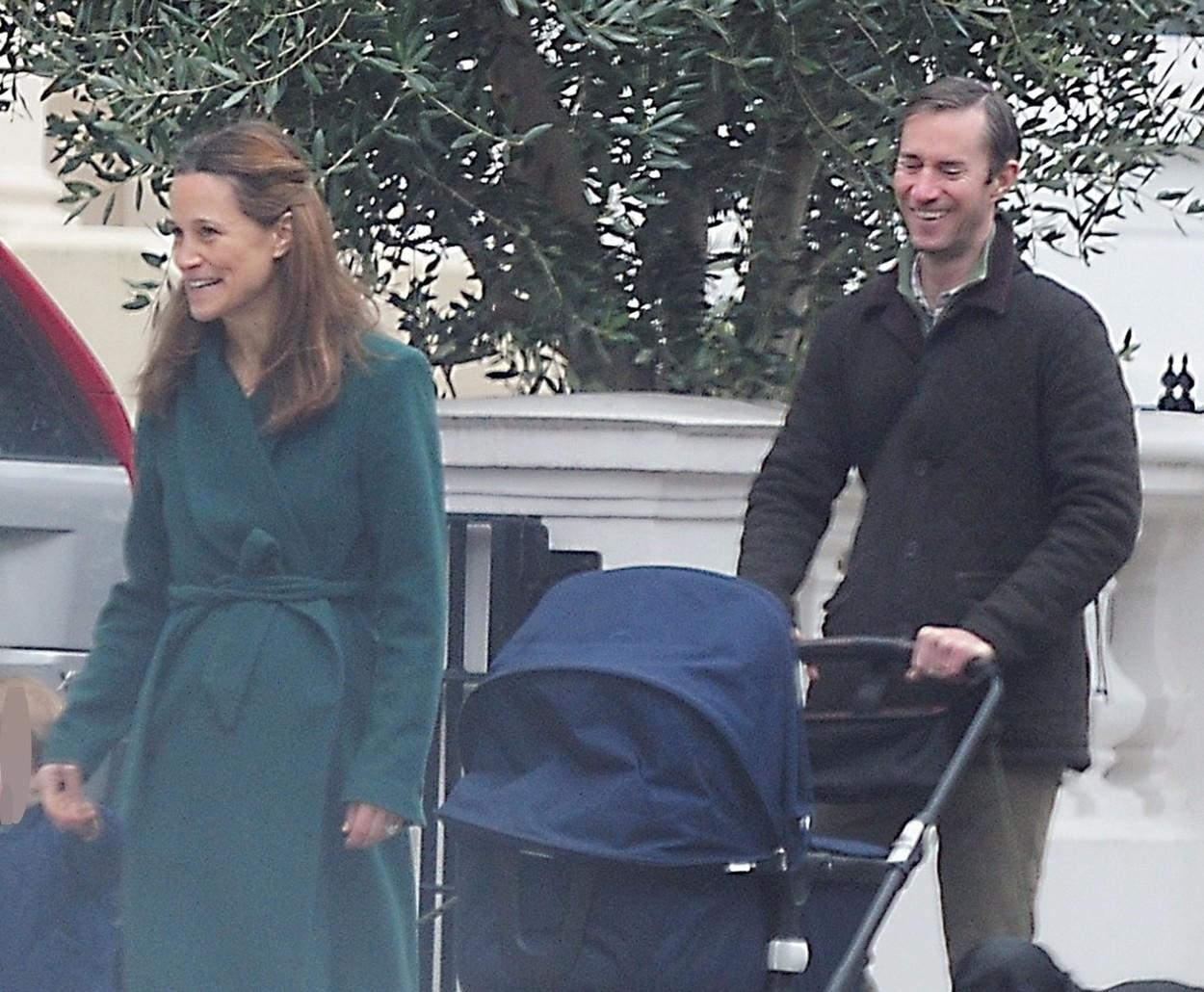 Pippa Middleton, de mână cu fiul ei, Arthur, la plimbare în Londra