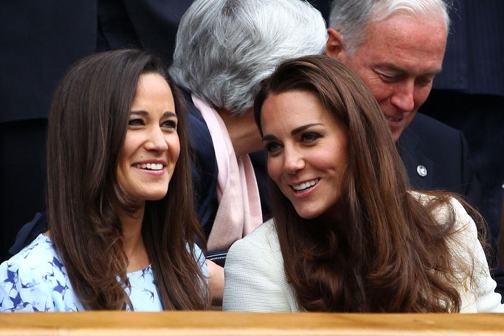 Pippa Middleton și Kate Middleton, fotografiate împreună, în timp ce discută