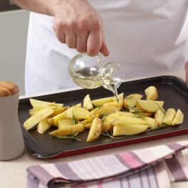 Asezonarea cartofilor cu ulei și ierburi aromate