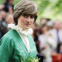 Prințesa Diana, într-o rochie de culoare verde, cu guler amplu, încrețit.