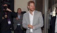 Prințul Harry îmbrăcat cu un costum gri deschis la un eveniment
