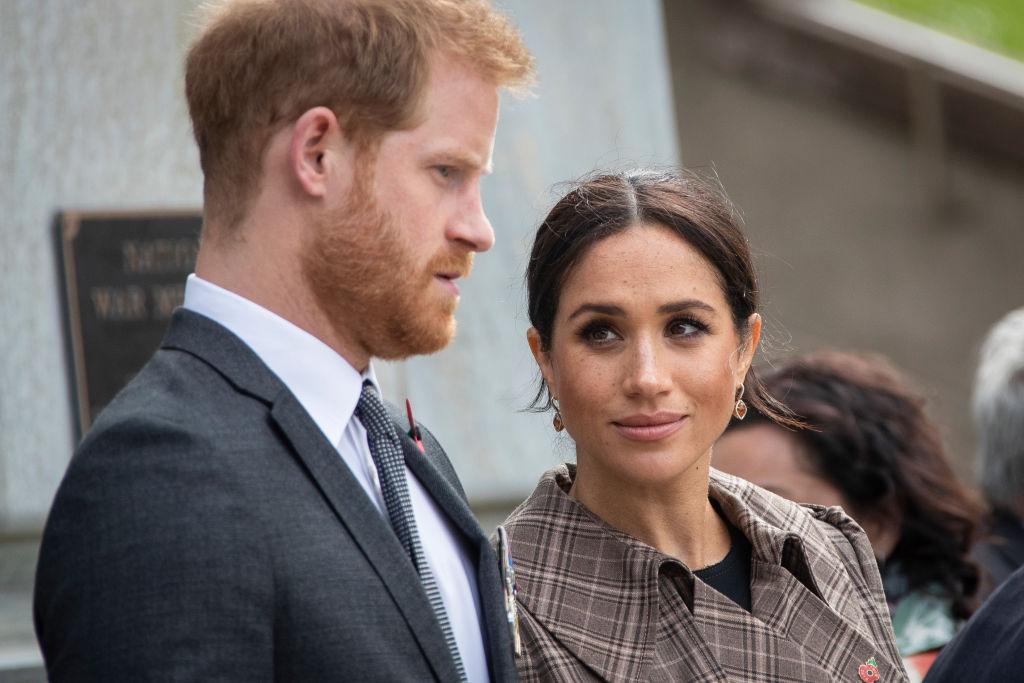 Prințul Harry, fotografiat în timp ce Meghan Markle îl privește intens