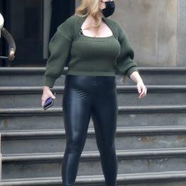 Rebel Wilson, îmbrăcată într-o pereche de pantaloni mulați, la plimbare în Londra