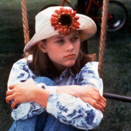 Reese Witherspoon, imagine din copilărie, în timp ce se dă în leagăn
