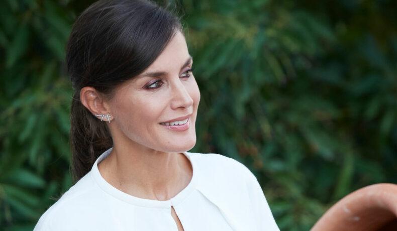 Regina Letizia, elegantă, îmbrăcată într-o ținută albă la deschiderea unei școli