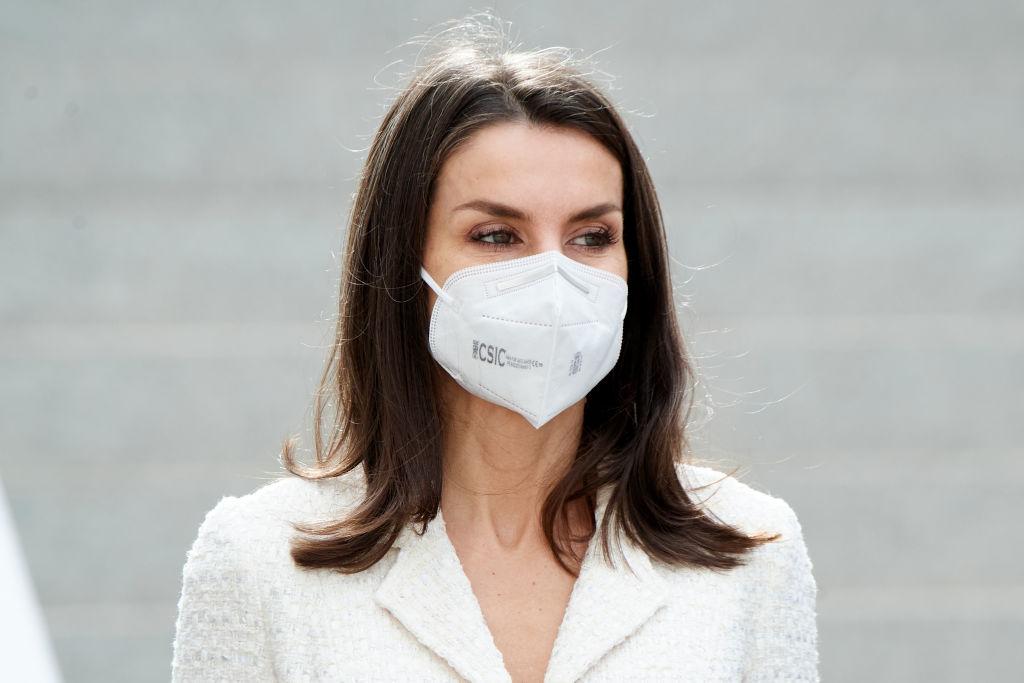 Regina Letizia cu o mască de protecție tip FFP2 la deschiderea unui muzeu din Spania