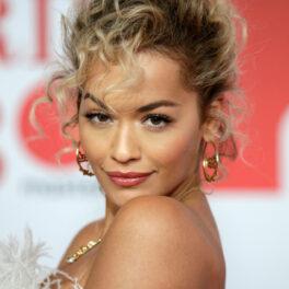 Rita Ora, cu părul creț și privire pătrunzătoate la un eveniment, pe covorul roșu
