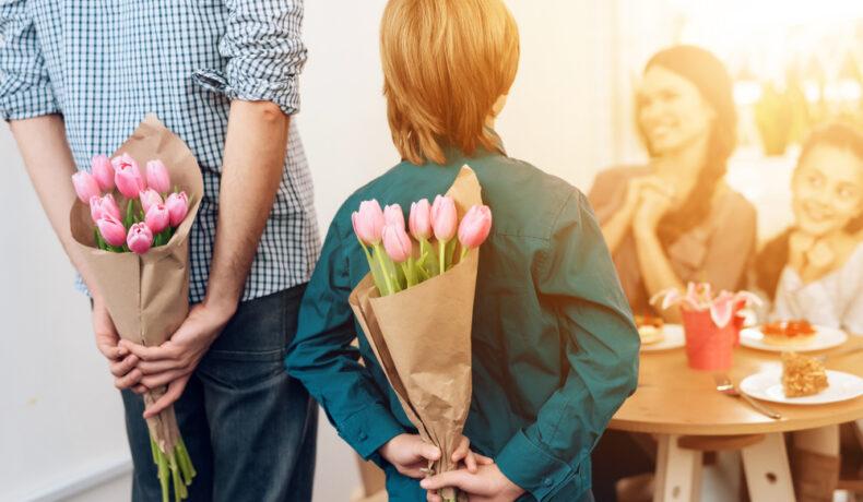 Tată și fiu, cu buchete de lalele la spate, surpriză pentru femeile din viața lor