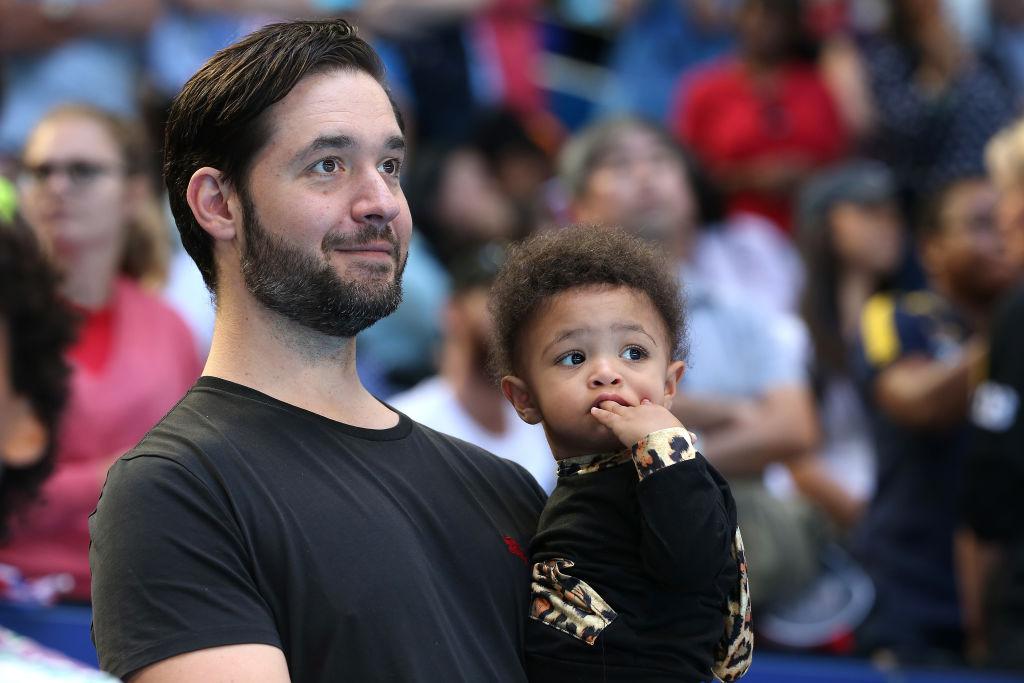 Sotul Serenei Williams o ține în brațe pe fiica lor Olympia la un meci de tenis