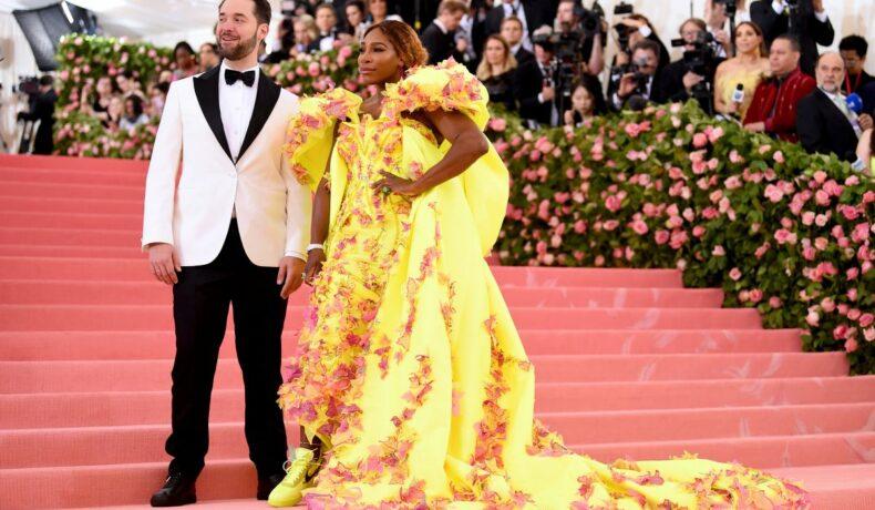Serena Williams, într-o rochie galbenă, la brațul soțului său, Alexis Ohanian, la MET Gala 2019