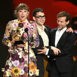 Taylor Swift, pe scena Premiilor Grammy 2021, în timp ce ține un discurs