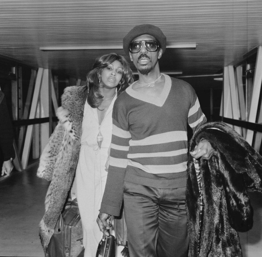 Tina și Ike Turner, fotografiați în anul 1975, pe Aeroportul Heathrow, din Londra, UK.