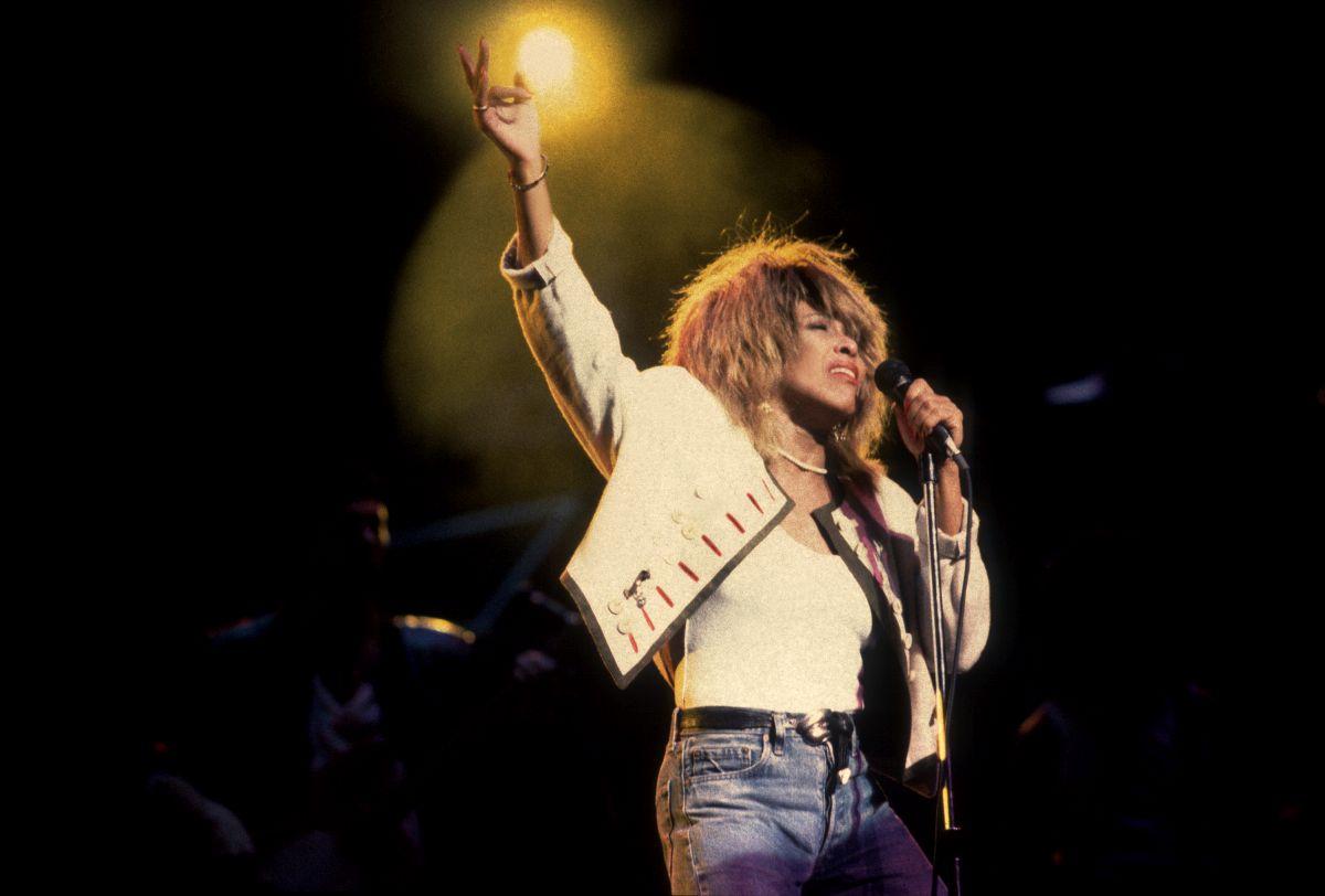 Tina Turner, îmbrăcată cu o geacă și top albe, în timpul unui concert susținut în Chicago, în anul 2000