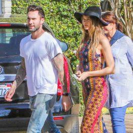 Adam Levine, într-un tricou albși blugi, alături de soția sa, Megati Prinsloo, ce poartă o rochie lungă de vară și pălărie neagră
