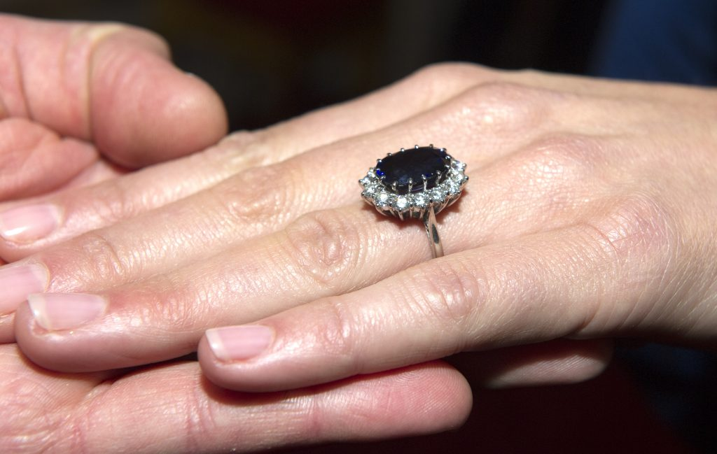 Inelul de logodnă al ducesei de Cambridge, care a aparținut prințesei Diana. Un safir, încadrat de 14 diamante solitare.