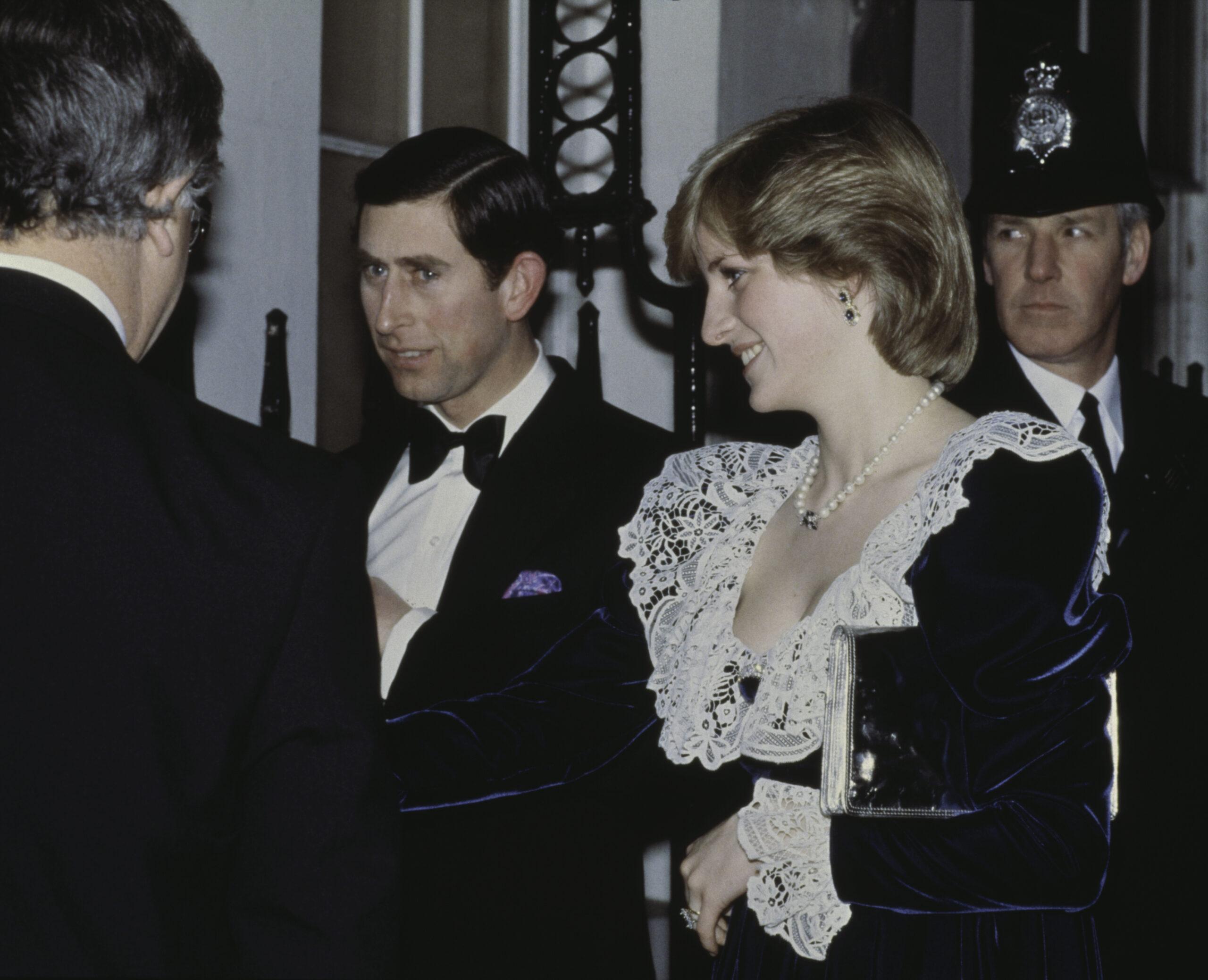 Prințesa Diana, purtând o rochie de catifea albastră, alături de prințul Charles