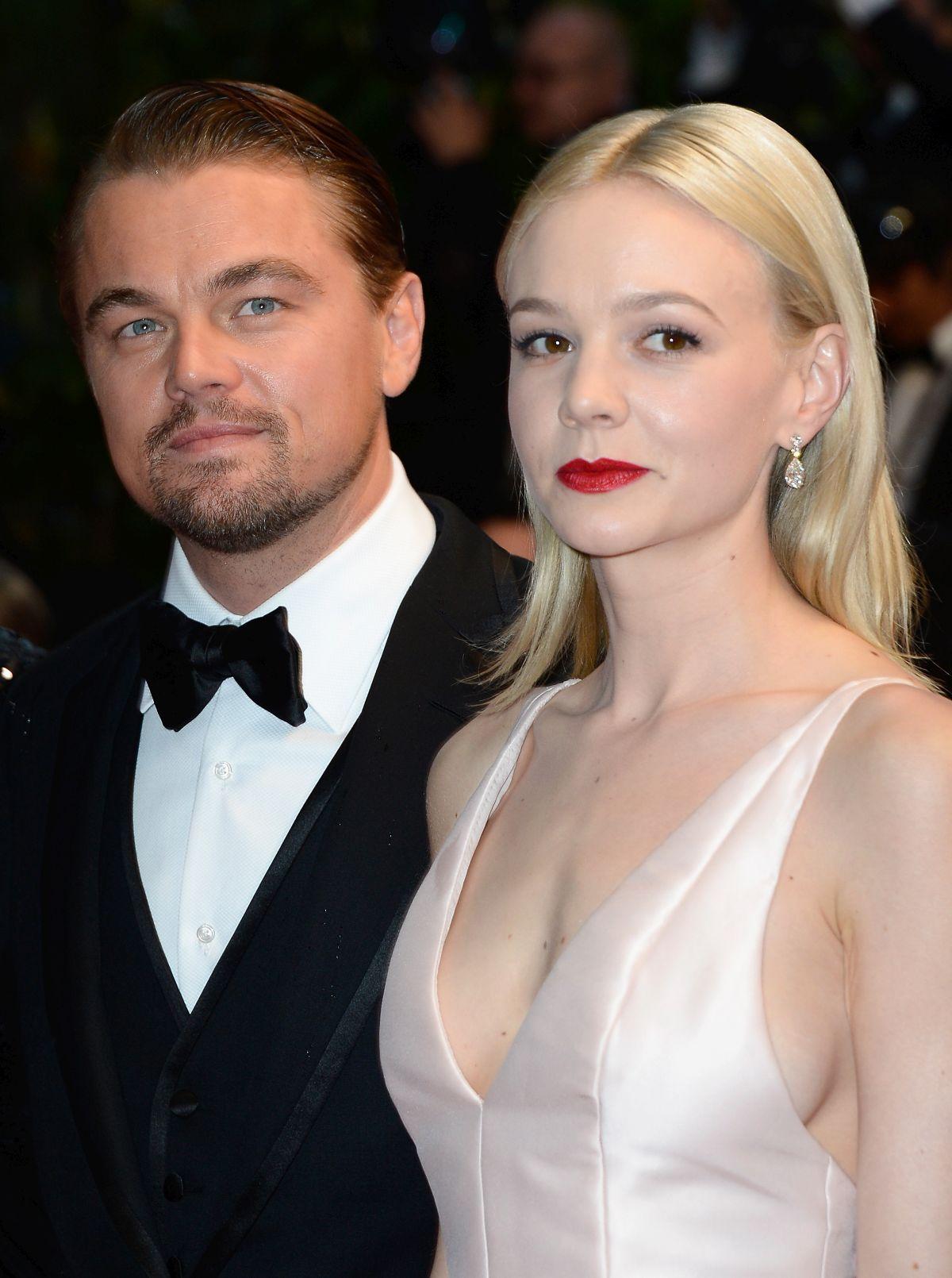 Carey Mulligan, îmbrăcată într-o rochie albă de satin, alături de Leonardo DiCaprio.