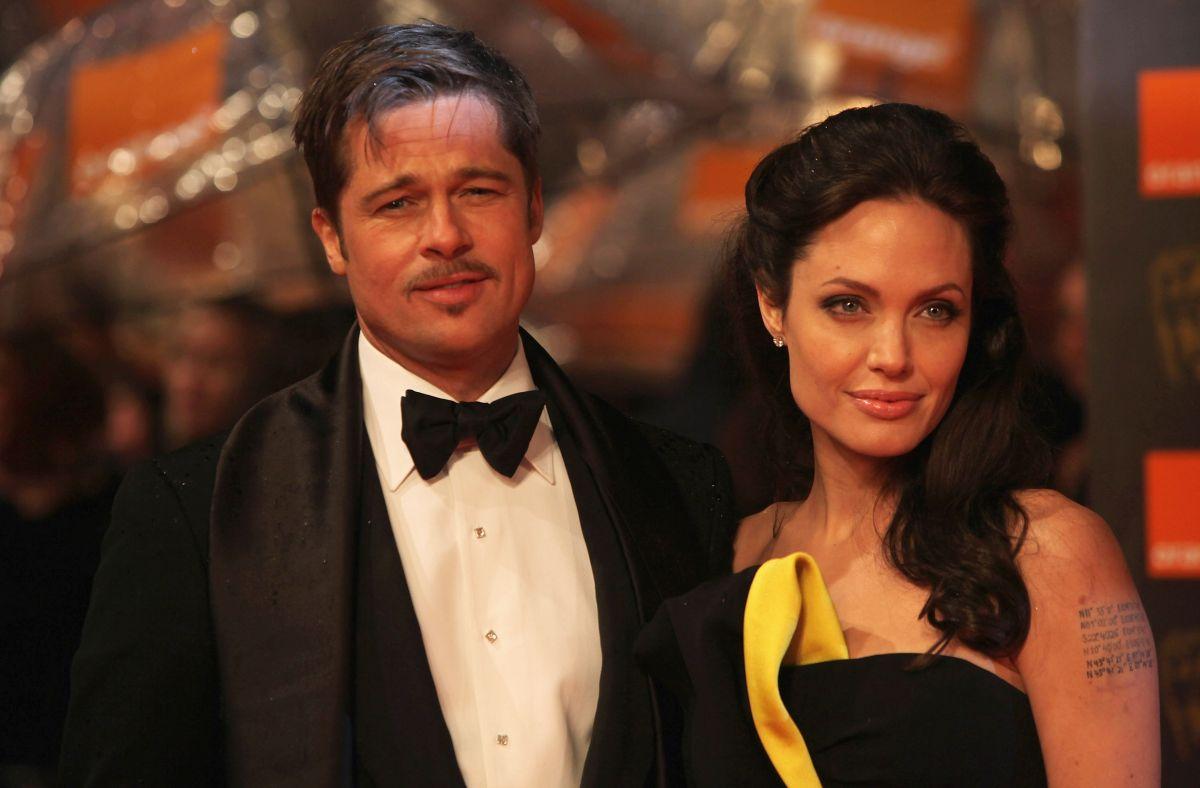 Brad Pitt, purtând un frac denrgu, papion și cămașă abă, alături de Angeina Jolie, ce poartă o rochie neagră
