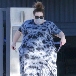 Chrissy Metz, îmbrăcată într-o rochie lejeră de culoare gri cu negru
