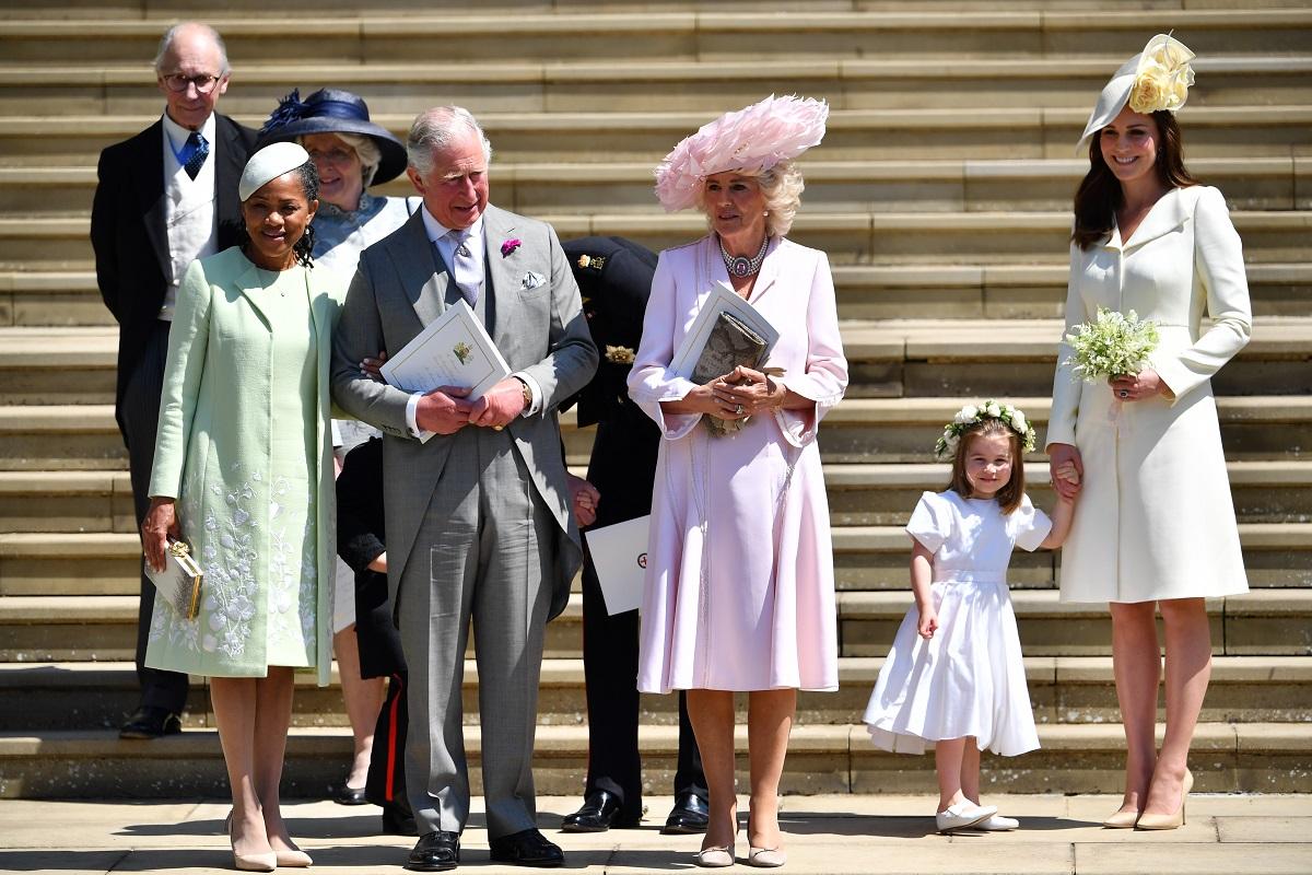 Doria Ragland alături de membrii familiei regale, Prințul Charles și soția sa, Ducesa de Cambridge și fiica acesteia îmbrăcați elegant pe scările de la ieșirea din Capela St George în timp ce se pregăteau să plece la Castelul Windsor după ceremonia de la nunta regală a fiicei sale Meghan Markle din 2018