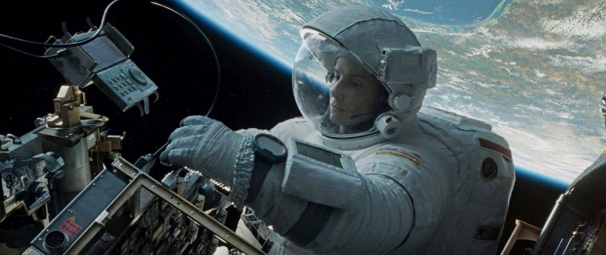 """Sandra Bullock, într-un costum alb de astronaut, într-o scenă din filmul """"Gravity"""""""