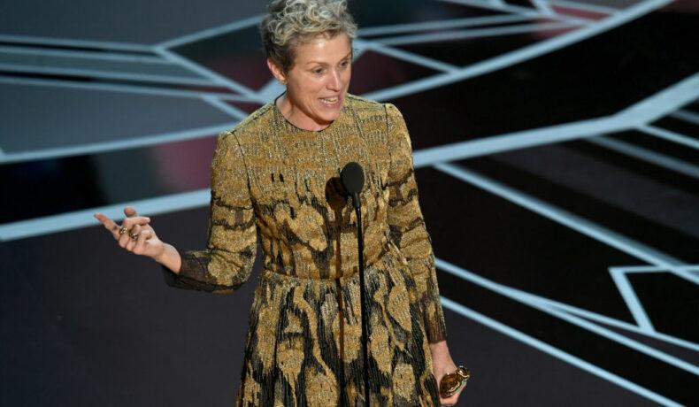 Actrița Frances McDormand pe scenă la Gala Premiilor Oscar 2018 în timp ce susține un discurs