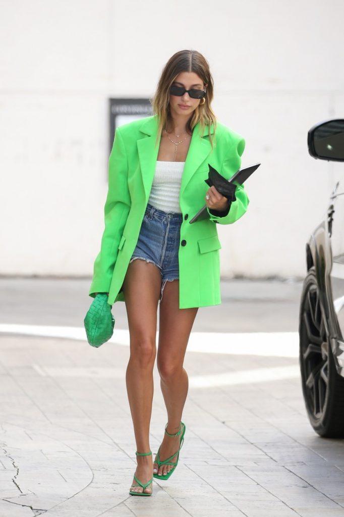 Hailey Bieber, într-o pereche de pantaloni scurți, pe stradă în Beverly Hills
