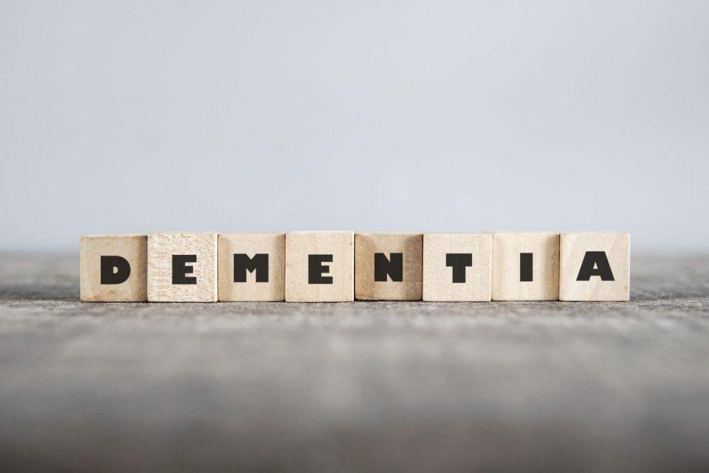 Cuburi de lemn, care formează cuvântul Demență, în limba engleză
