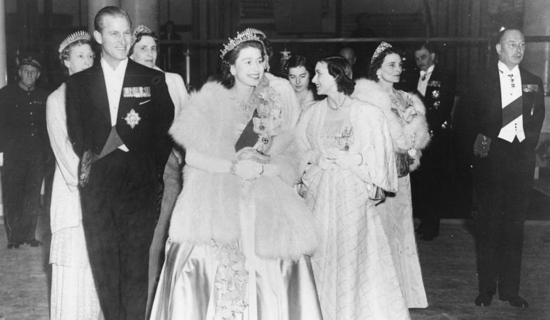 Prințul Phillip, alături de Regina Elisabeta a II-a, la un concert în Londra, în 1951, îmbrăcați în ținute de gală