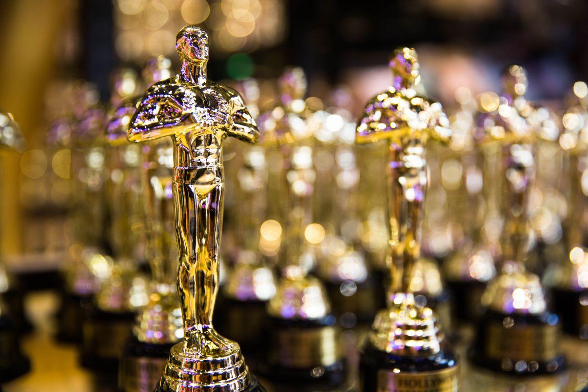 O serie de statuete aurii de Oscar, aliniate una lânga alta