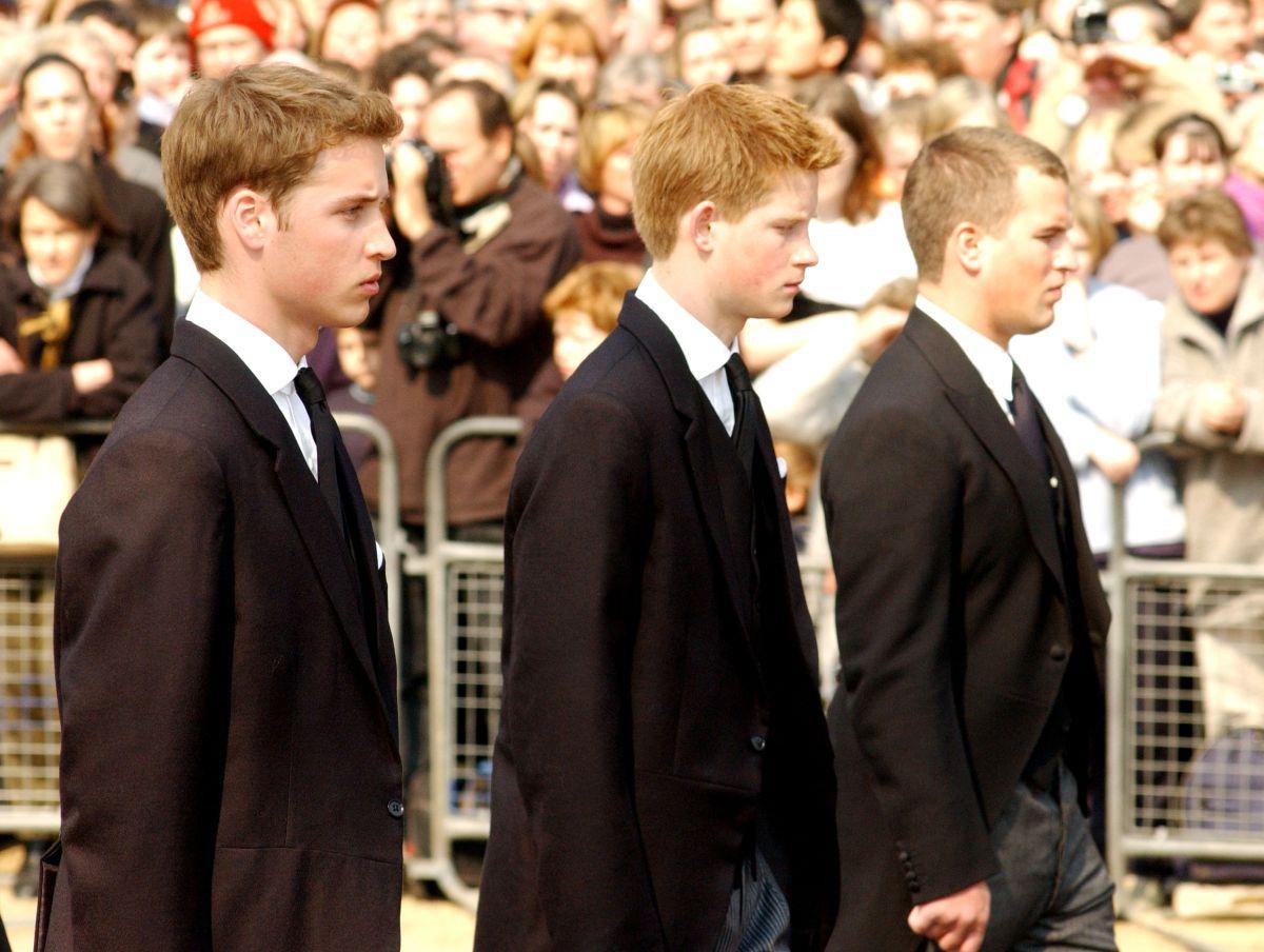 Prințul Harry, Prințul William și vărul lor, îmbrăcați în costume negre, la o înmormântare
