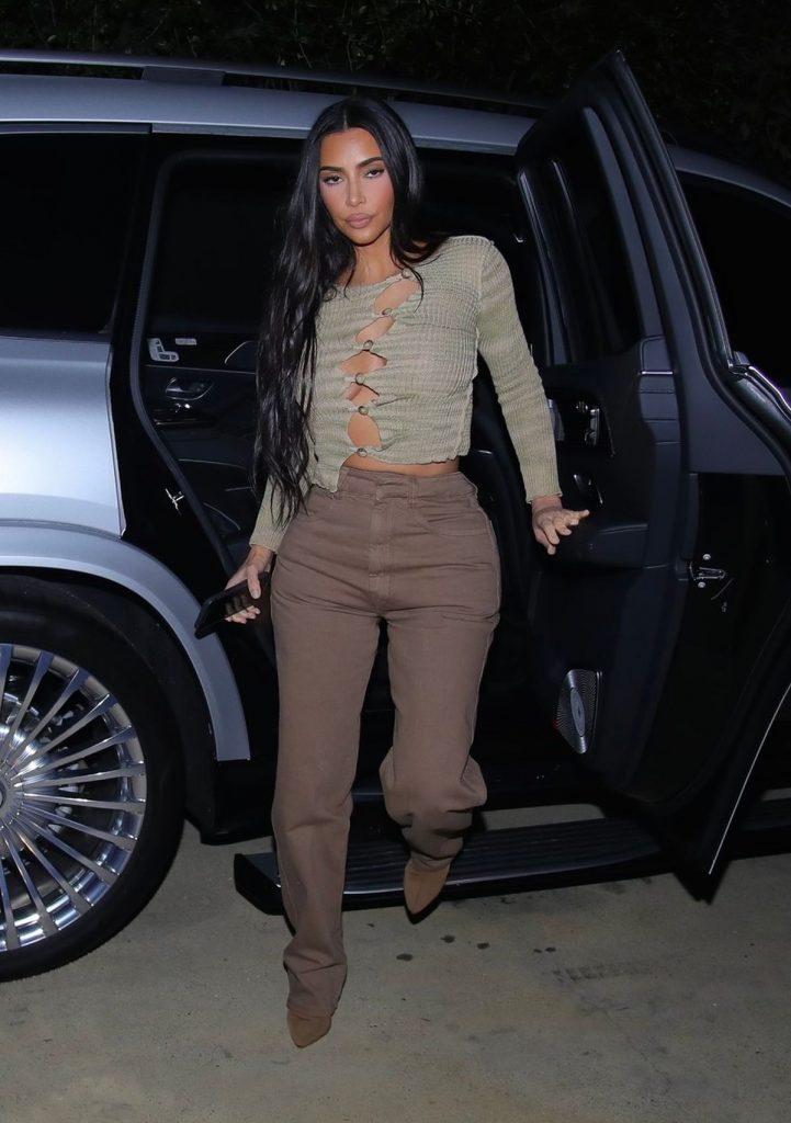 Kim Kardashian, într-o ținută nude, ce include pantaloni și un pulover