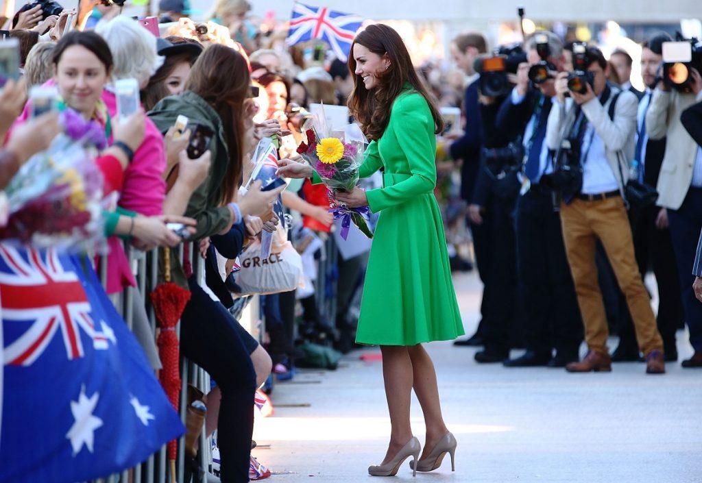 Alegerea vestimentară a Ducesei Kate Middleton într-un palton verde în timp ce primește cadouri de la oamenii din mulțime