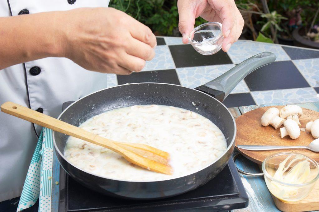 În tigaia cu supă cremă de ciuperci se adaugă amidon